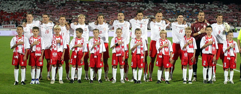 Reprezentacja Polski przed meczem z Finlandią w eliminacjach Euro 2008. Polacy ubrani w białe koszulki z husarzem oraz czerwone spodenki.
