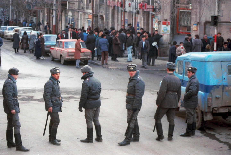 Żołnierze pilnują porządku na ulicach Górskiego Karabachu.