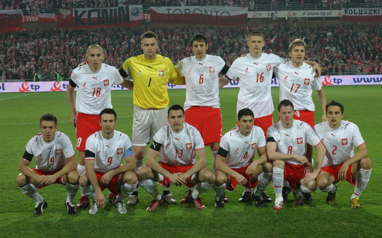 Reprezentacja Polski (w białych koszulkach z husarzem i czerwonych spodenkach) przed meczem z Armenią w Kielcach.