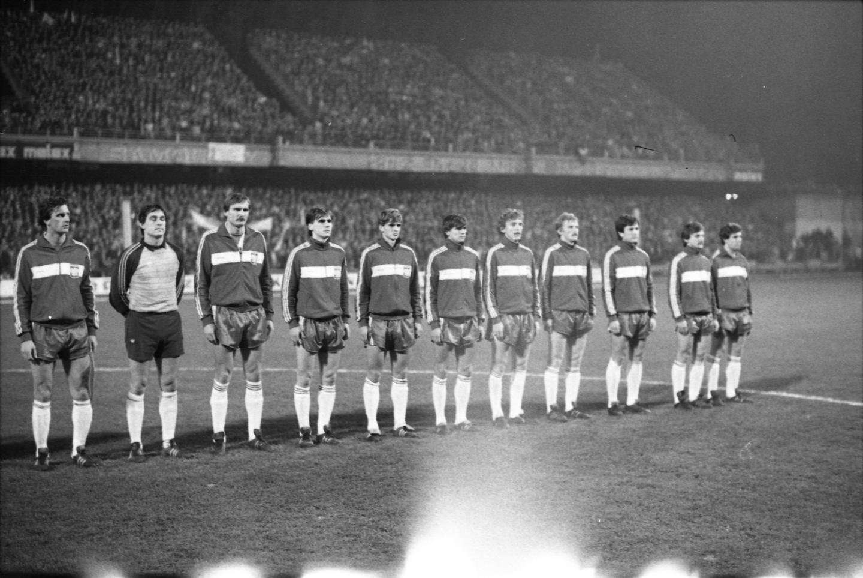 Reprezentacja Polski przed meczem z Albanią w Mielcu. Polacy w ciemnych dresach (zdjęcie czarno-białe) z białym poziomym pasem na środku.