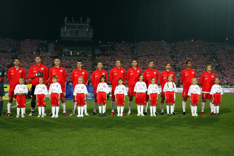 Reprezentacja Polski (w czerwonych bluzach dresowych) przed meczem z Czechami w 2008 roku.