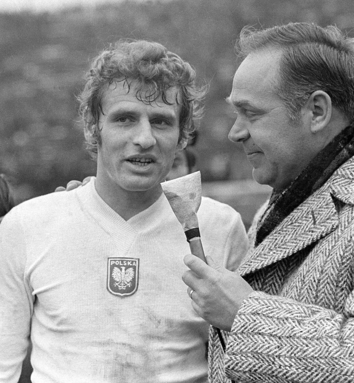Andrzej Jarosik podczas telewizyjnego wywiadu, który przeprowadza sam Jan Ciszewski. Po igrzyskach napastnik sosnowieckiego Zagłębia w reprezentacji już nie zagrał. W 1975 roku wyjechał do Francji i tam zakończył piłkarską karierę.