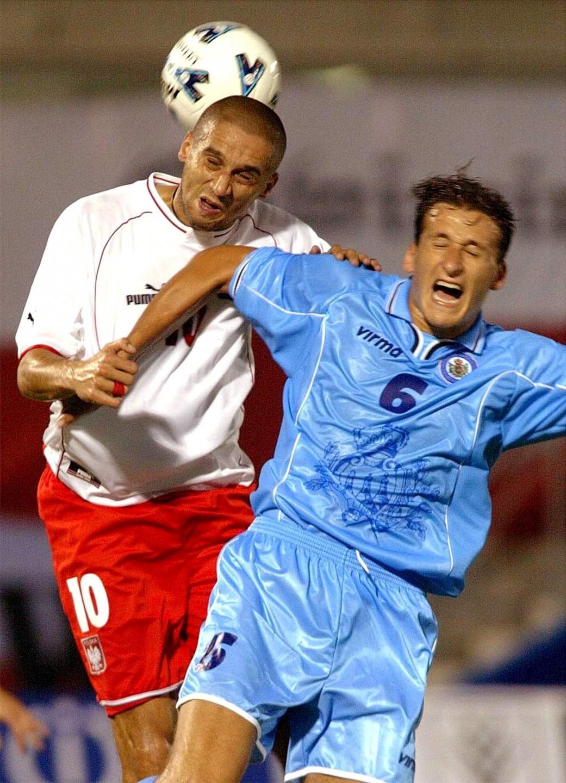 Radosław Kałużny (z lewej) wygrywa główkowy pojedynek z graczem San Marino Simone Bacciocchim.