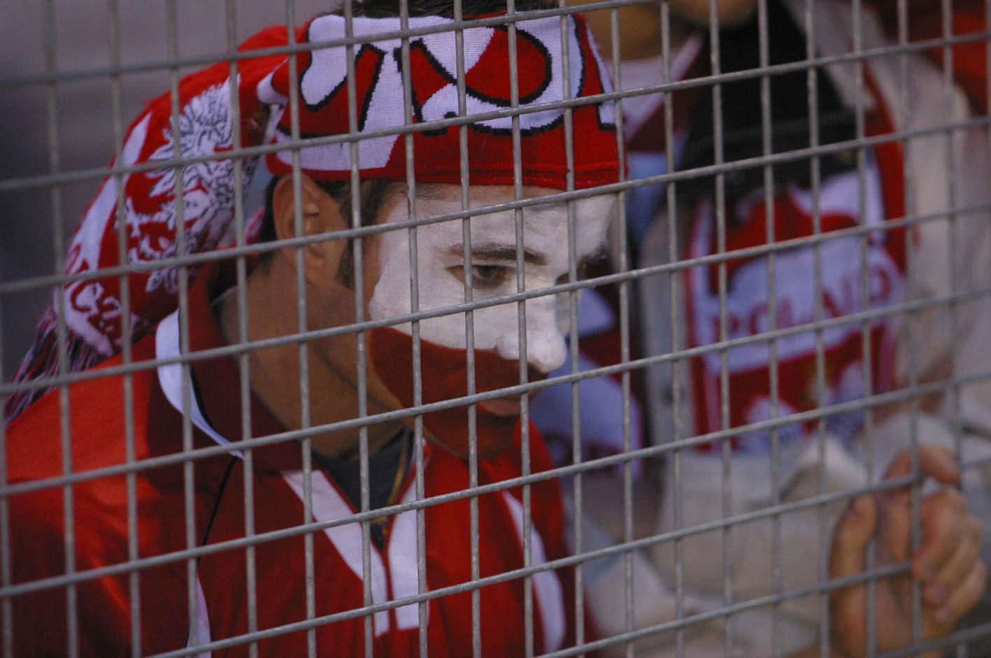 Smutny kibic reprezentacji Polski oglądający z trybun stadionu w Solnie pod Sztokholmem spotkanie ze Szwecją.