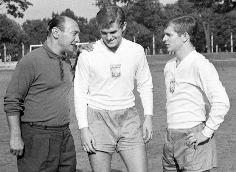 Włodzimierz Lubański (w środku) i Zygfryd Szołtysik (pierwszy z prawej) razem z Tadeuszem Forysiem, który był m.in. selekcjonerem reprezentacji w 1963 roku, gdy w drużynie narodowej debiutowali Lubański i Szołtysik.