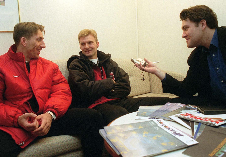 Dwójka bohaterów meczu z Mołdawią, Tomasz Iwan (z lewej) i Andrzej Juskowiak w rozmowie z dziennikarzem. Napastnik Borussii Mönchengladbach trzy razy wpisał się w Kiszyniowie na listę strzelców.