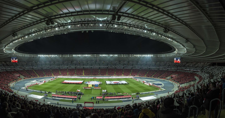 """Na Stadionie Śląskim znów pojawili się spragnieni piłkarskich emocji kibice. Słynny """"Kocioł Czarownic"""" wrócił do świata żywych."""