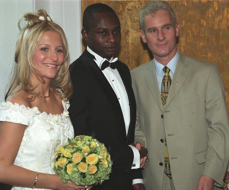 Zdjęcie ślubne Emmanuela Olisadebe z Beatą Smolińską. Na ceremonii pojawił się m.in. prezes PZPN Michał Listkiewicz.