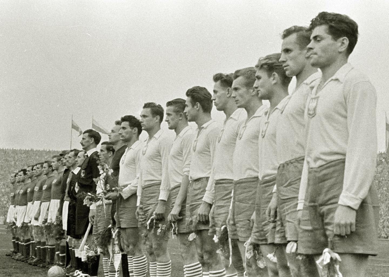 Reprezentacja Polski podczas hymnu przed meczem z ZSRR w Chorzowie.