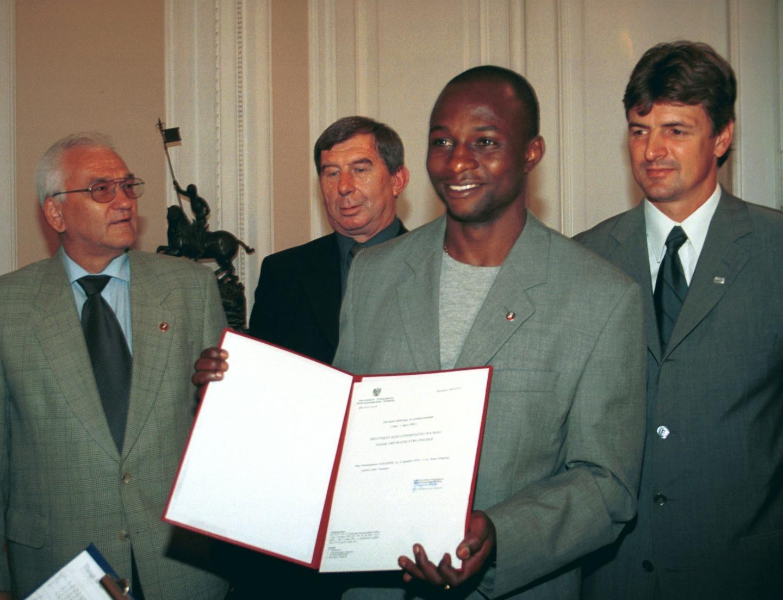 Emmanuel Olisadebe odbiera obywatelstwo polskie.