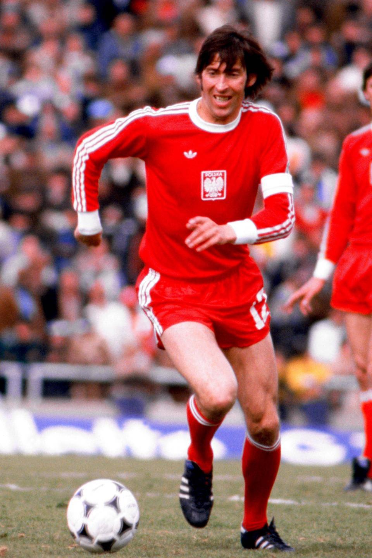 Kazimierz Deyna był najstarszym polskim piłkarzem, który w listopadowe popołudnie 1977 roku wybiegł na murawę w meczu ze Szwecją – miał wówczas 30 lat i dwadzieścia dni. To jego strzał z karnego przesądził o zwycięstwie biało-czerwonych.