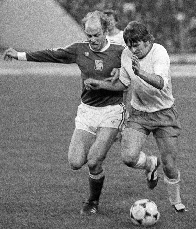 Grzegorz Lato w biegowym pojedynku z Gerdem Weberem. Niemiecki obrońca dobrze wykonał swoje zadanie. Król strzelców mistrzostw świata 1974 tym razem bramki nie zdobył.