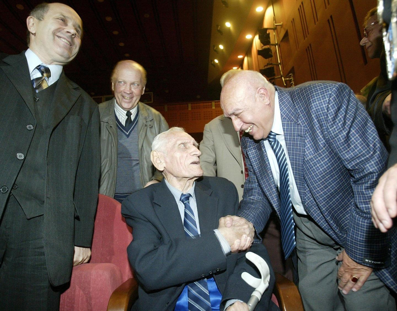 Jan Liberda (pierwszy z prawej) i Kazimierz Górski podczas uroczystości pięćdziesięciolecia reaktywacji bytomskiej Polonii. Drogi obu panów skrzyżowały się już w 1955 roku. Przyszły Trener Tysiąclecia prowadził wówczas reprezentację juniorów i zabrał utalentowanego łącznika na turniej FIFA do włoskiego Montecatini.