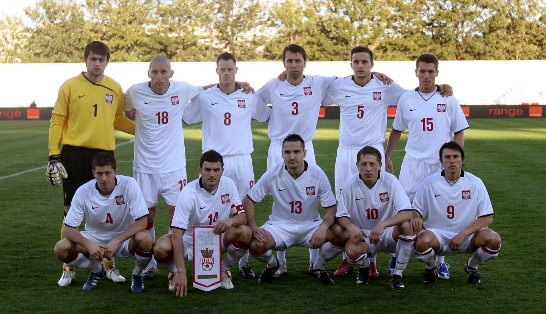 Reprezentacja Polski przed meczem z Walią 11.02.2009. Polacy w białych koszulkach z czarnymi kołnierzykami.