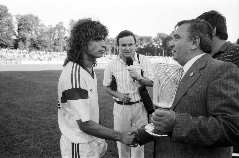 Roman Kosecki jako kapitan Legii Warszawa odbierający trofeum za zdobycie Superpucharu Polski 1989.