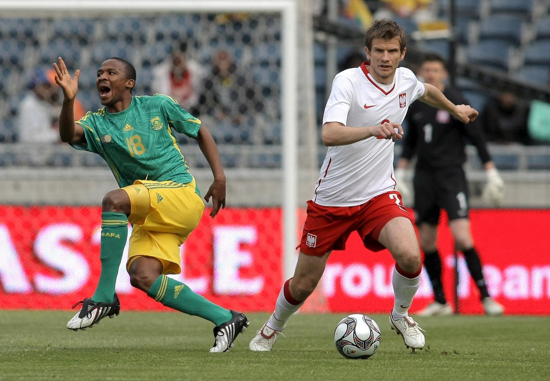 Bartosz Bosacki w walce o piłkę ze strzelcem gola Thembinkosim Fantenim. Dla polskiego obrońcy występ w Johannesburgu był jednym z ostatnich w kadrze narodowej. Potem zagrał już tylko w spotkaniu z Irakiem i jesienią ze Słowenią w eliminacjach mundialu 2010.
