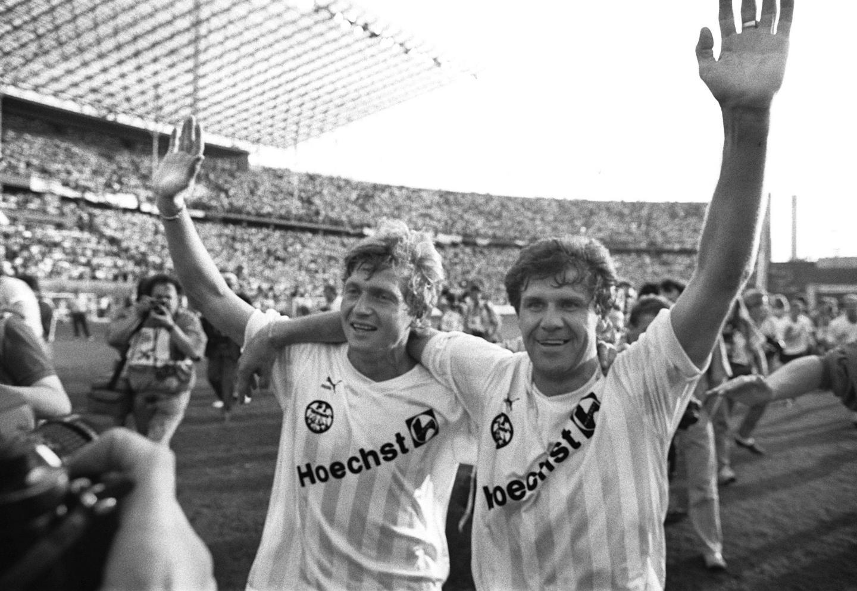 Dwóch bohaterów meczu w Budapeszcie: zdobywca jednej z bramek dla Polski Włodzimierz Smolarek (po prawej) i strzelec dwóch goli dla Węgier Lajos Détári. Obaj byli wówczas piłkarzami Eintrachtu Frankfurt. Rok później świętowali ze swoim klubem triumf w Pucharze Niemiec, po zwycięstwie w finale nad VfL Bochum 1:0.