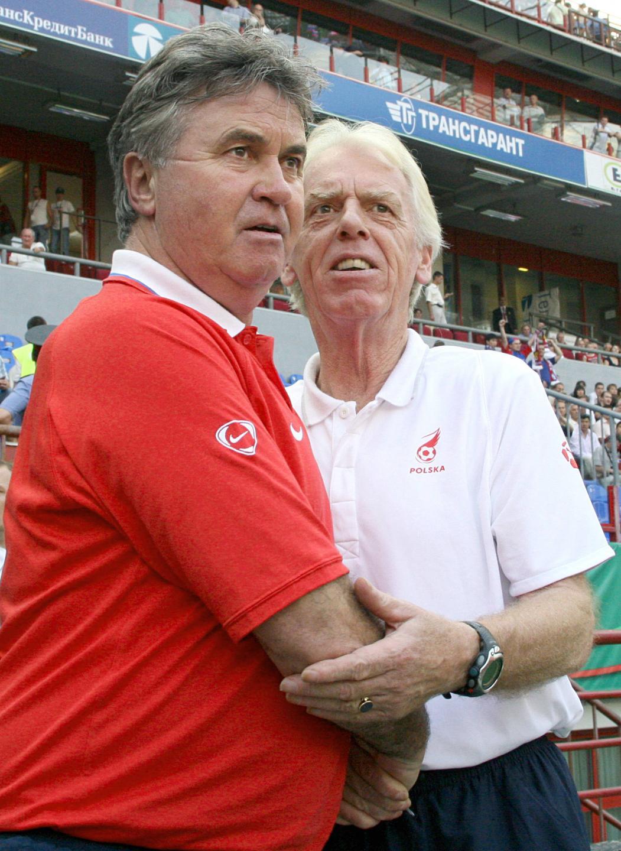Guus Hiddink (po lewej) i Leo Beenhakker. Dwóch holenderskich selekcjonerów spotkało się w Moskwie, gdzie poprowadzili przeciwko sobie reprezentacje Rosji i Polski. Hiddink ograł biało-czerwonych pięć lat wcześniej na mundialu 2002, gdy trenował kadrę Korei Południowej.