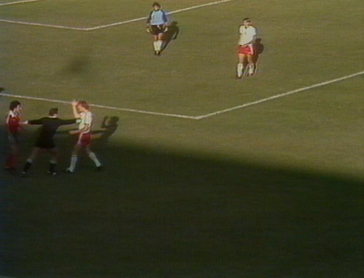 Zbigniew Boniek stoczył w tym meczu wiele pojedynków z portugalskim obrońcą Pietrą. Kilka razy obu piłkarzom puściły nerwy.