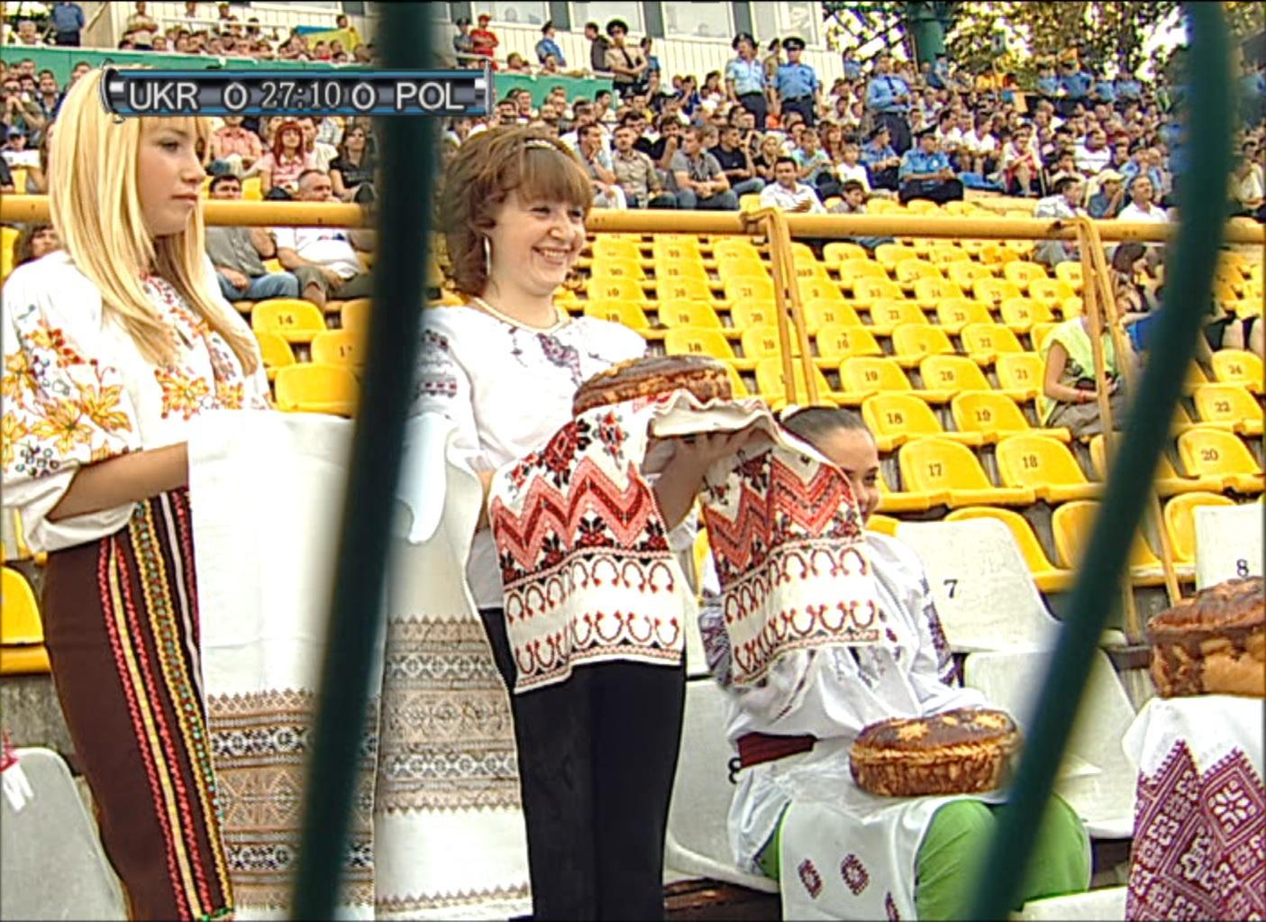 Ukraińskie panie witają Polaków na trybunach chlebem i solą. Mecz Ukraina - Polska (1:0) we Lwowie 20.08.2008.