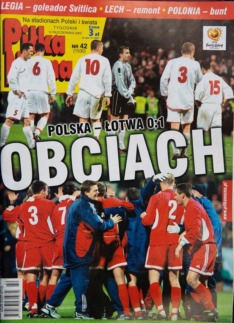 Okładka piłki nożnej po meczu polska - łotwa (12.10.2002)