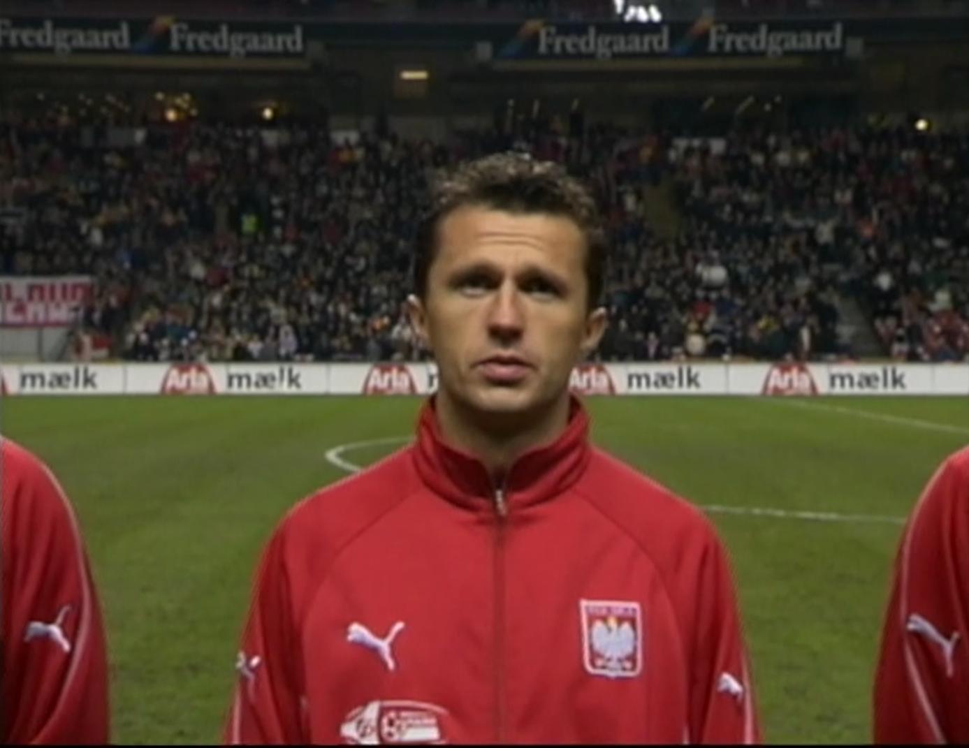 Roman Dąbrowski podczas odgrywania polskiego hymnu przed meczem towarzyskim z Danią w 2002 roku.