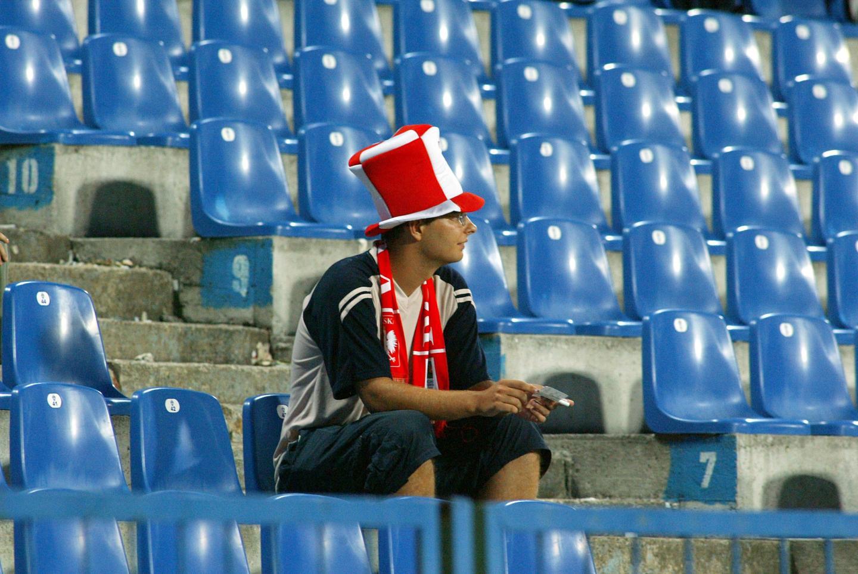Samotny kibic siedzący na trybunach w Poznaniu