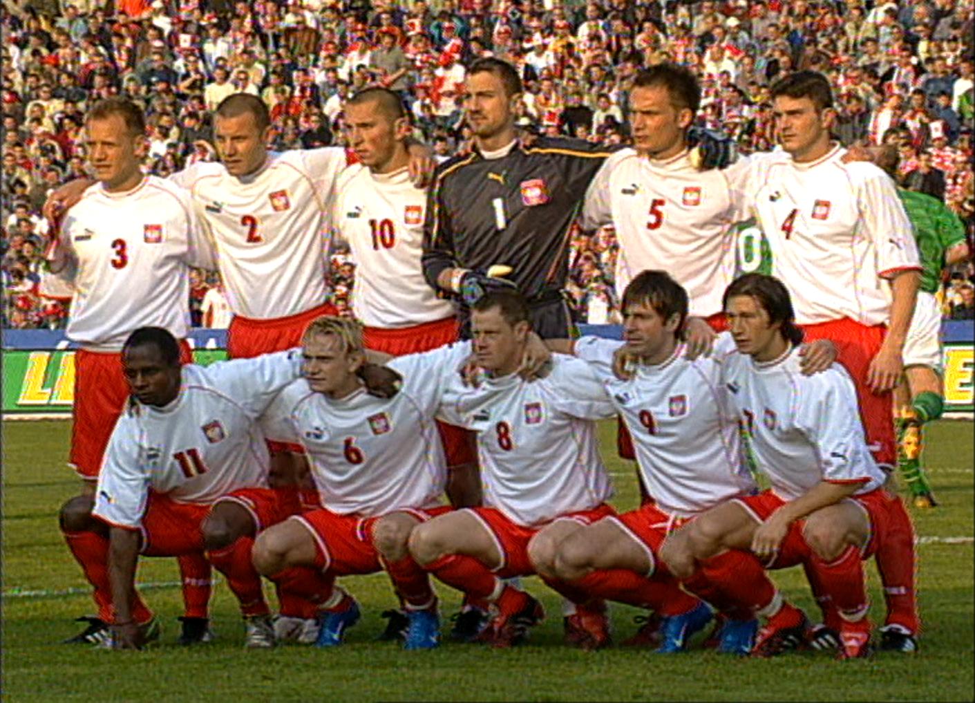Zdjęcie grupowe reprezentacji Polski przed meczem towarzyskim z Irlandią w 2004 roku w Bydgoszczy.