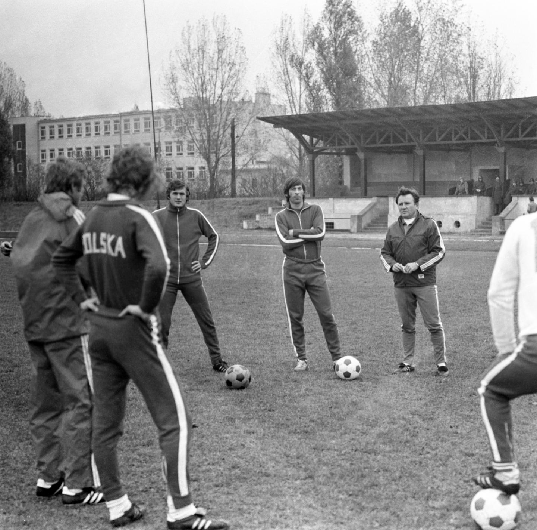 Ryszard Kulesza (pierwszy z prawej) podczas treningu reprezentacji wiosną 1976 roku. Obok niego Kazimierz Deyna i Włodzimierz Lubański.
