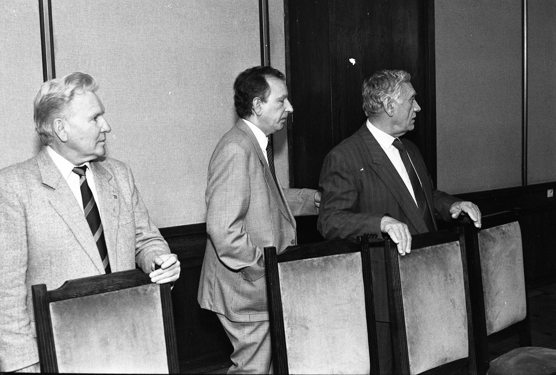 Ryszard Kulesza (pierwszy z lewej) podczas pamiętnego posiedzenia prezydium zarządu PZPN, na którym odebrano warszawskiej Legii tytuł mistrza Polski. Pierwszy z prawej Kazimierz Górski.