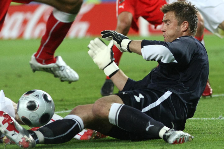 Artur Boruc podczas jednej z interwencji w meczu z Austrią na Euro 2008.