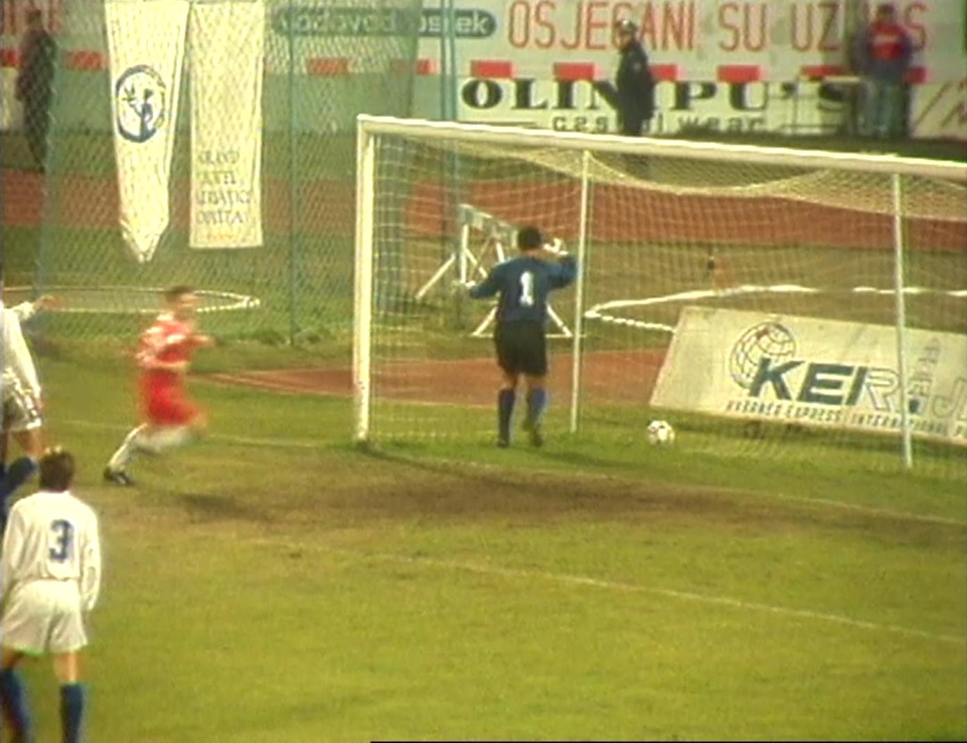 Bezradny Dražen Ladić wyjmował piłkę z siatki po strzale Henryka Bałuszyńskiego.