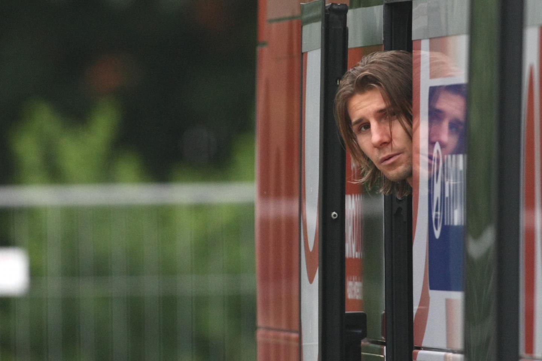 Euzebiusz Smolarek wychylający się z autokaru.