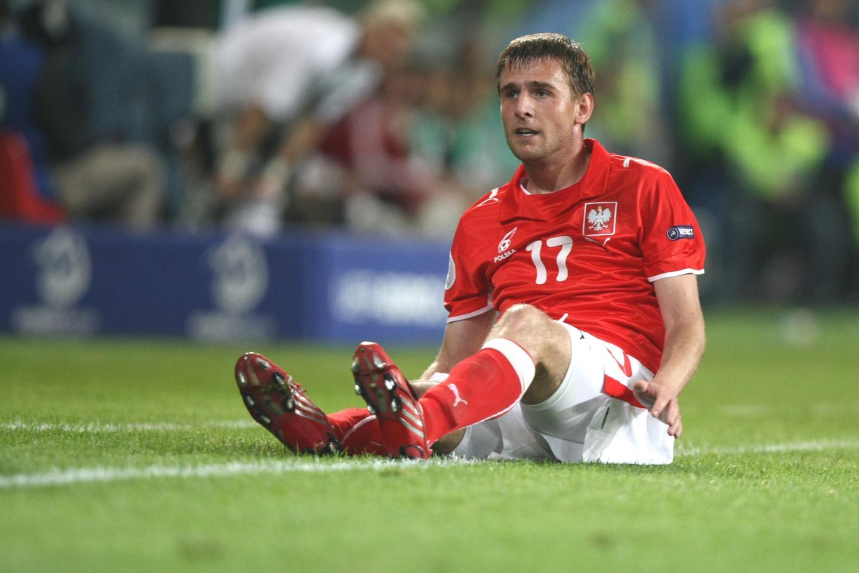 Wojciech Łobodziński siedzący na murawie podczas meczu Polska - Niemcy na Euro 2008.