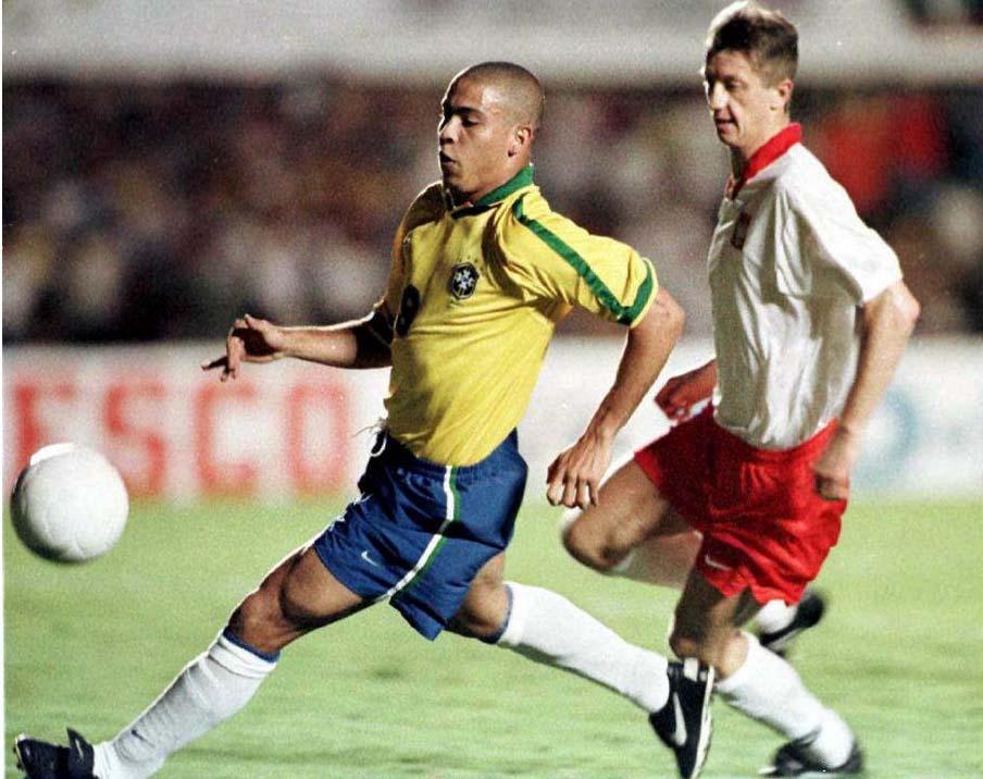 Antoni Piechniczek postanowił przeciwko Brazylijczykom zagrać tylko trójką obrońców. To nie był najlepszy pomysł, o czym świadczy liczba straconych bramek. Ronaldo (w tej sytuacji ściga się z nim Marek Jóźwiak) był trudny do upilnowania.