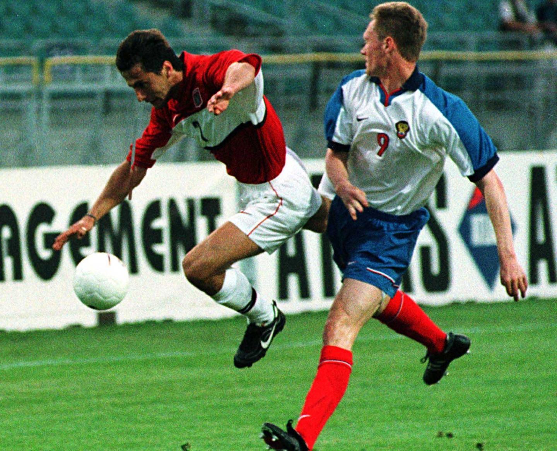Piotr Świerczewski w walce o piłkę z Jewgienijem Warłamowem. Polski pomocnik zagrał poniżej oczekiwań i w przerwie został zmieniony przez Sylwestra Czereszewskiego.