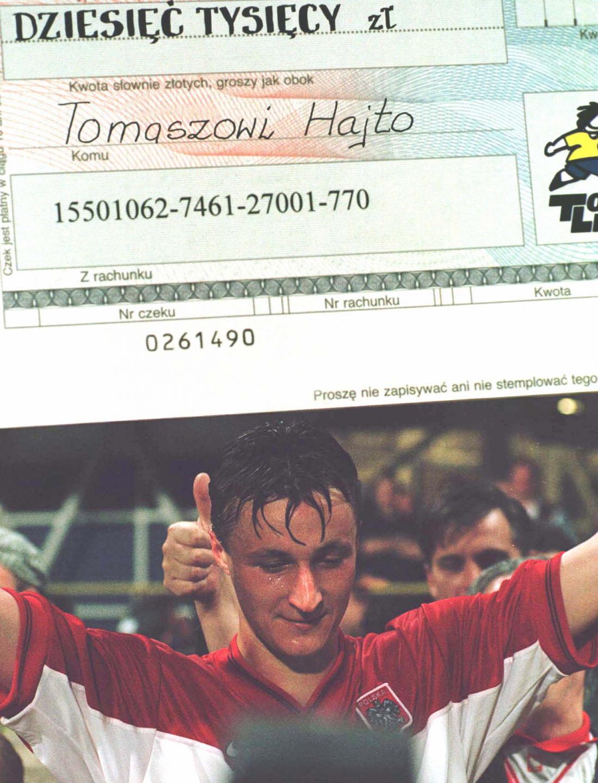 Asysta, dwie bramki i deszcz pieniędzy. Bohater meczu z Rosją Tomasz Hajto miał dodatkowe powody do radości. W nagrodę za wspaniały występ otrzymał od Totalizatora Sportowego czek na 10 tysięcy złotych.