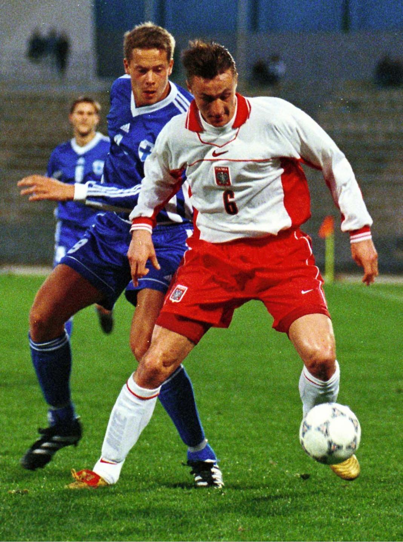Tomasz Hajto zasłania piłkę przed zawodnikiem reprezentacji Finlandii.