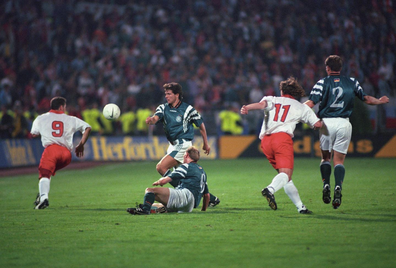 Fragment meczu Polska - Niemcy, o piłkę walczą: Czerwiec, Moeller, Eilts, Staniek i Reuter.