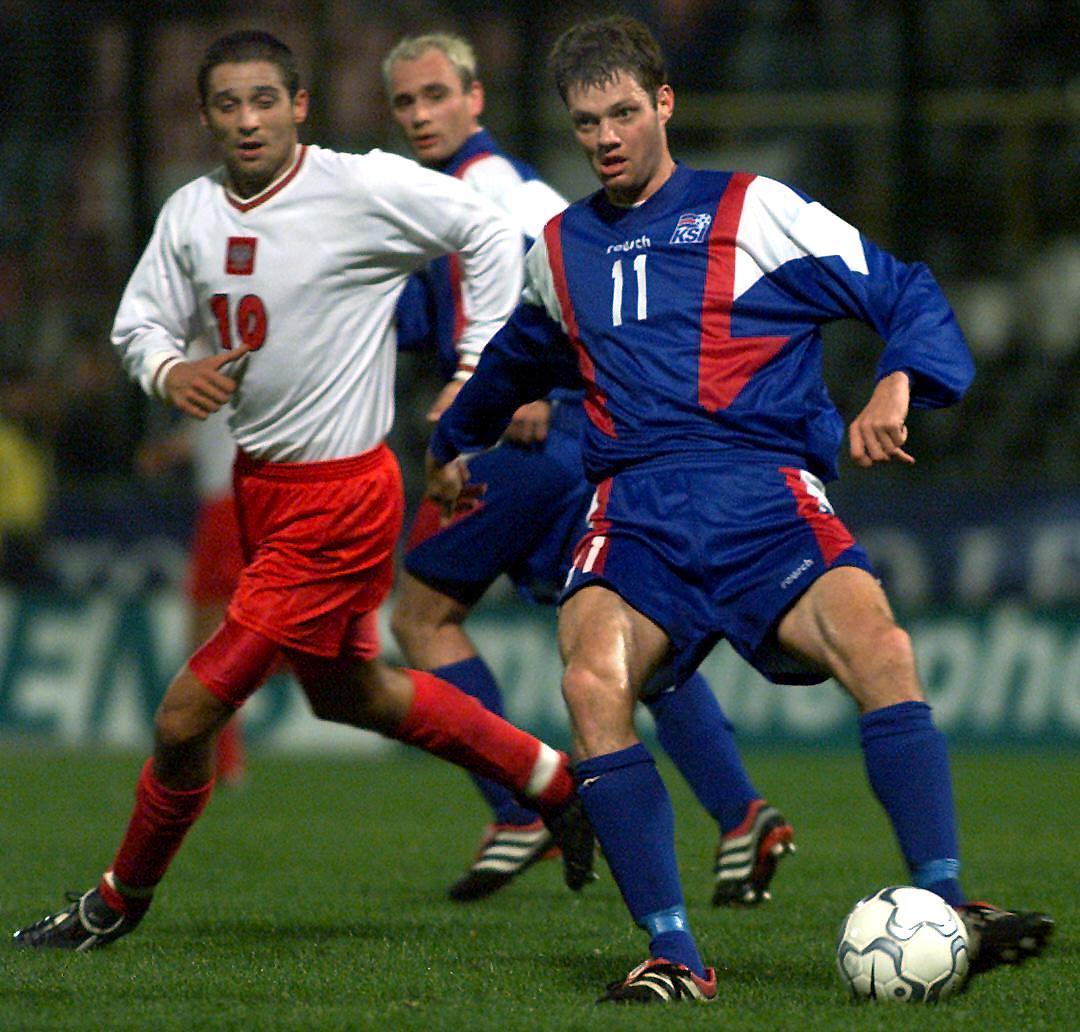 Radosław Kałużny i Ríkharður Daðason podczas meczu Polska - Islandia 1:0 (15.11.2000).