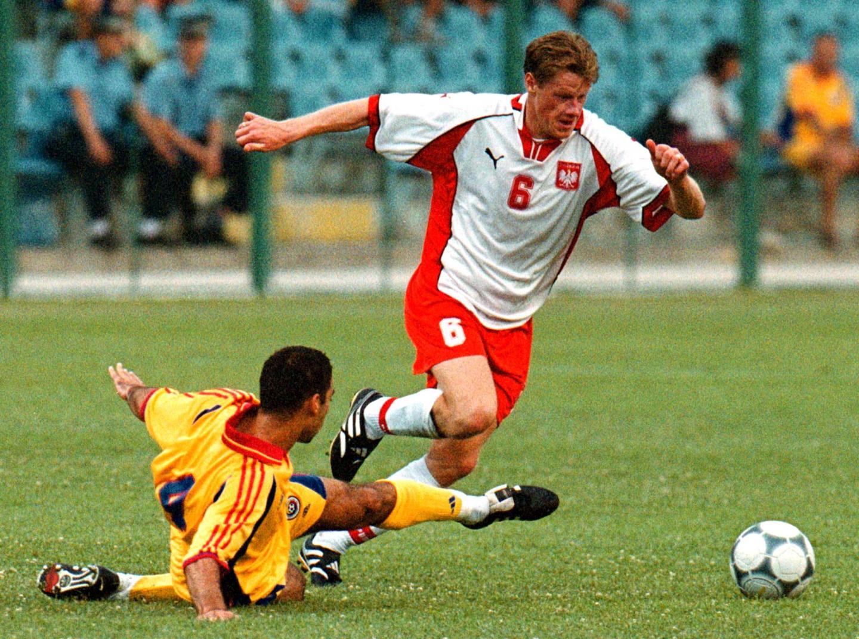 Jacek Krzynówek ogrywający rumuńskiego obrońcę podczas meczu towarzyskiego w Bukareszcie w 2000 roku.