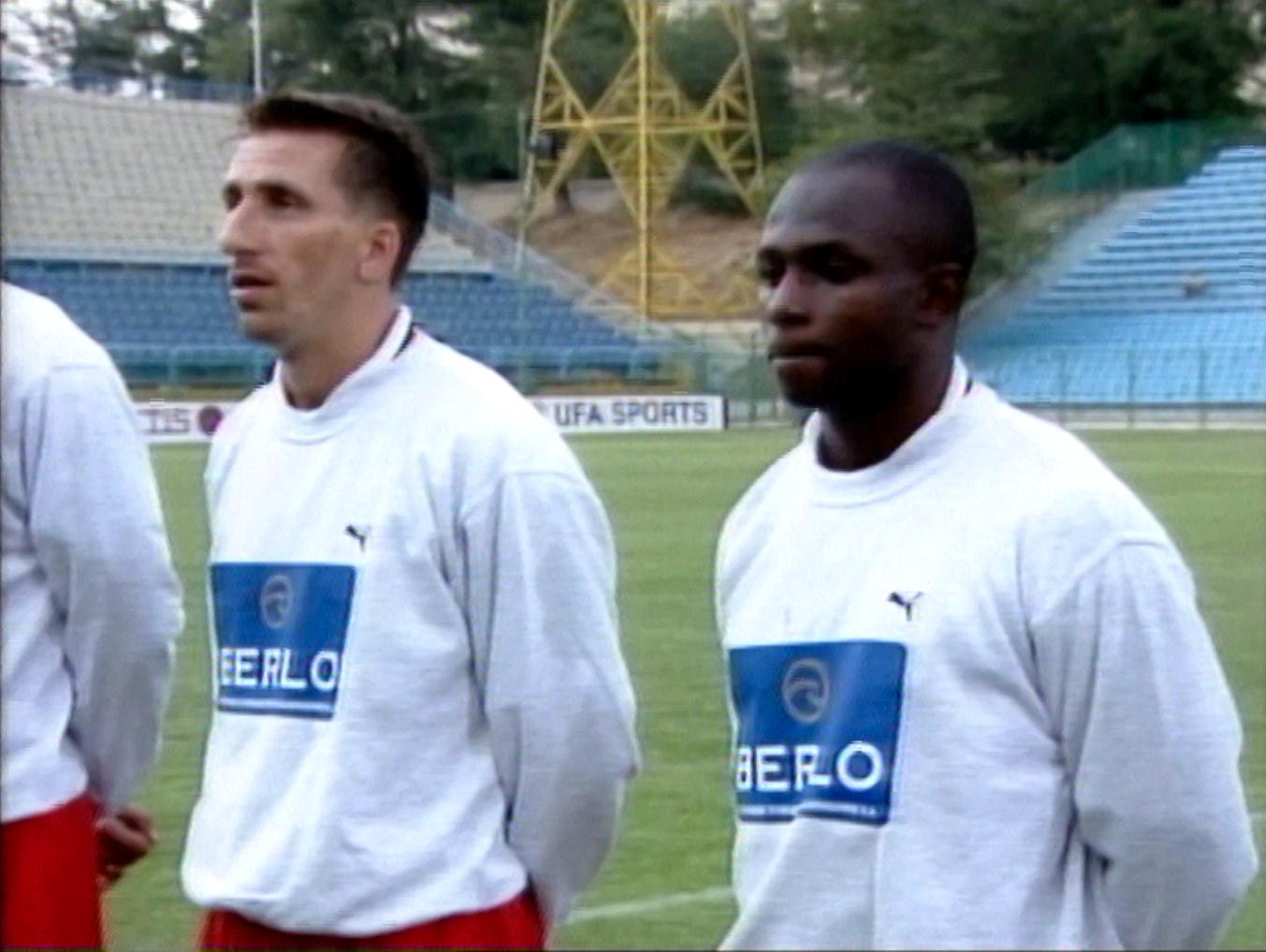 Tomasz Iwan i Emmanuel Olisadebe - debiutant w meczu towarzyskim z Rumunią w sierpniu 2000 roku.