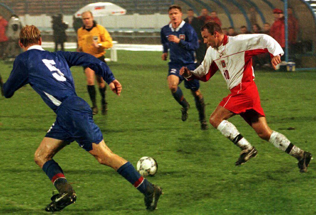 Wojciech Kowalczyk w walce z Miroslavem Karhanem (numer 5) i Ivanem Kozakiem w czasie meczu ze Słowacją