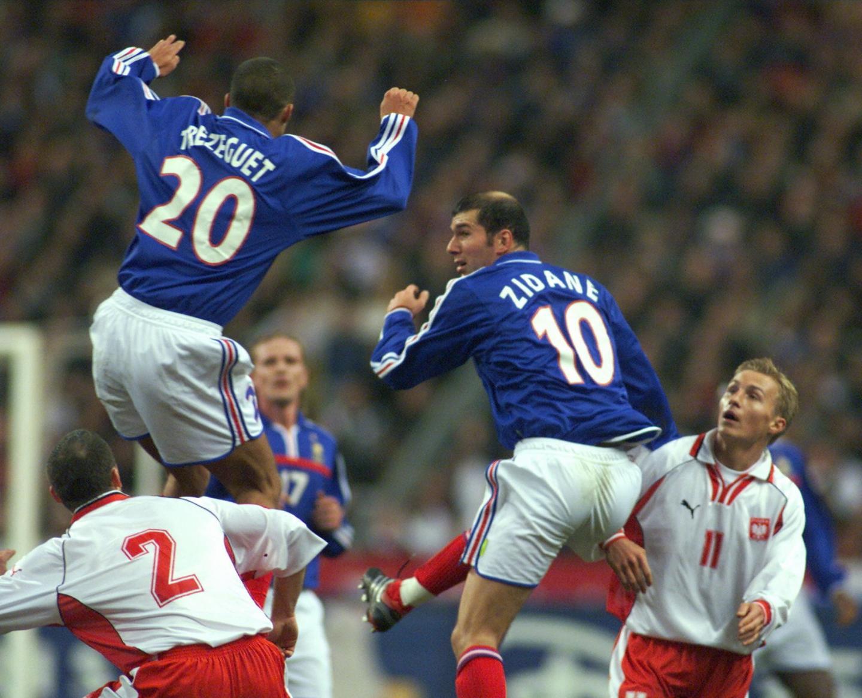 David Trezeguet, Zinédine Zidane, Tomasz Kłos i Bartosz Karwan podczas meczu Francja - Polska 1:0 (23.02.2000).
