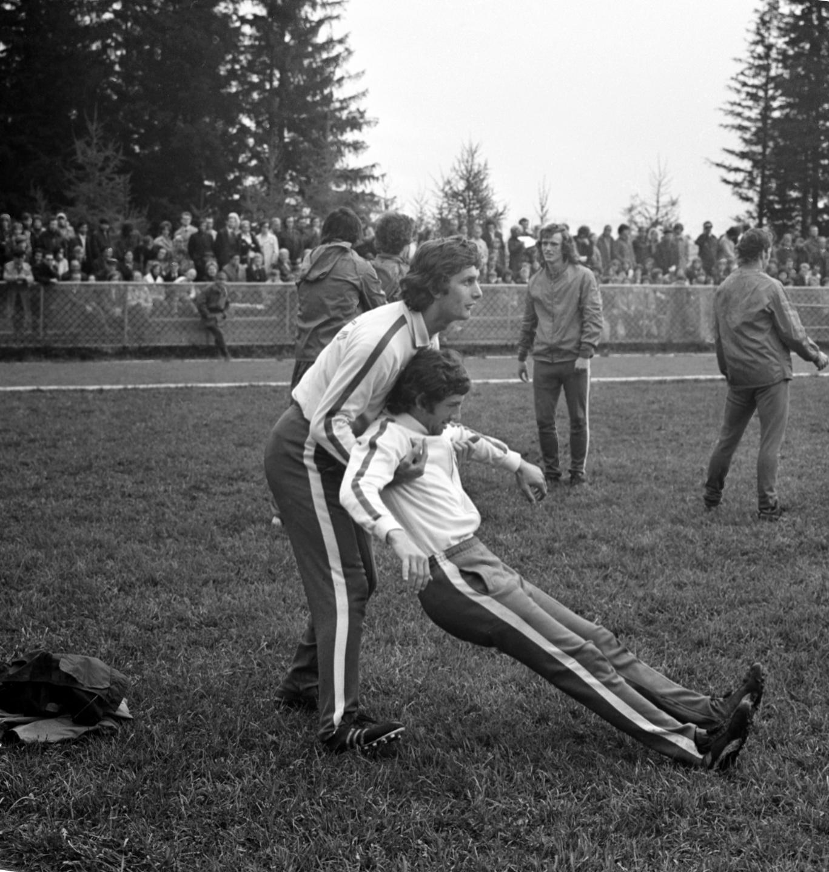 Symboliczne zdjęcie, zrobione na zgrupowaniu przed wyjazdem na mistrzostwa świata w RFN. Władysław Żmuda (po lewej) chwyta upadającego Mirosława Bulzackiego. To oczywiście tylko ćwiczenie podczas treningu, ale faktem jest, że Żmuda pozbawił Bulzackiego miejsca w podstawowym składzie Orłów Górskiego.