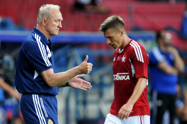 Franciszek Smuda i Łukasz Garguła podczas meczu Wisły Kraków.