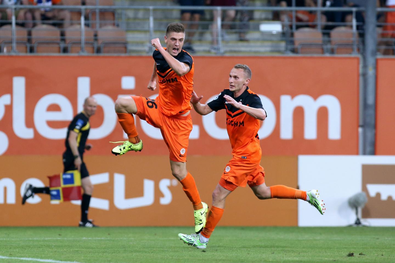 Krzysztof Piątek po zdobyciu bramki dla Zagłębia Lubin w meczu ekstraklasy z Lechem Poznań wygranym 2:1 (14.08.2015).