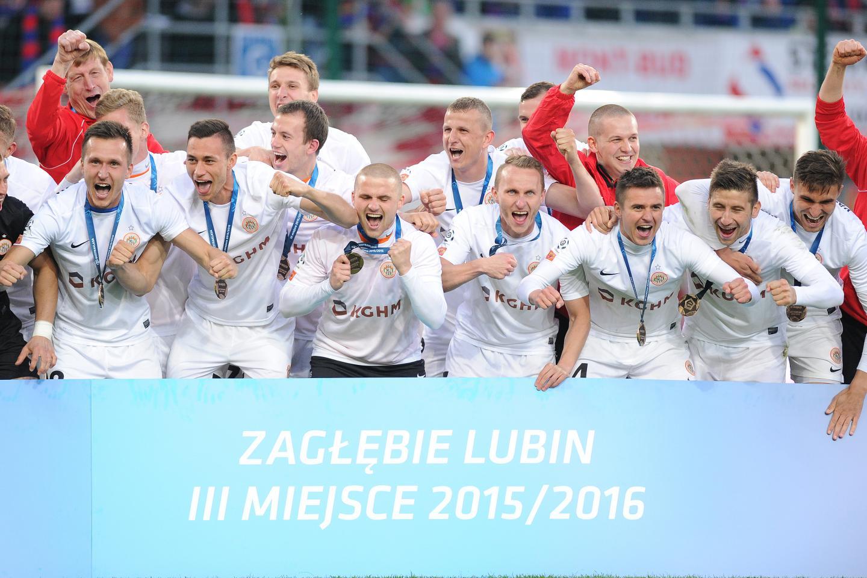 Piłkarze Zagłębia Lubin świętujący trzecie miejsce w ekstraklasie w sezonie 2015/2016.