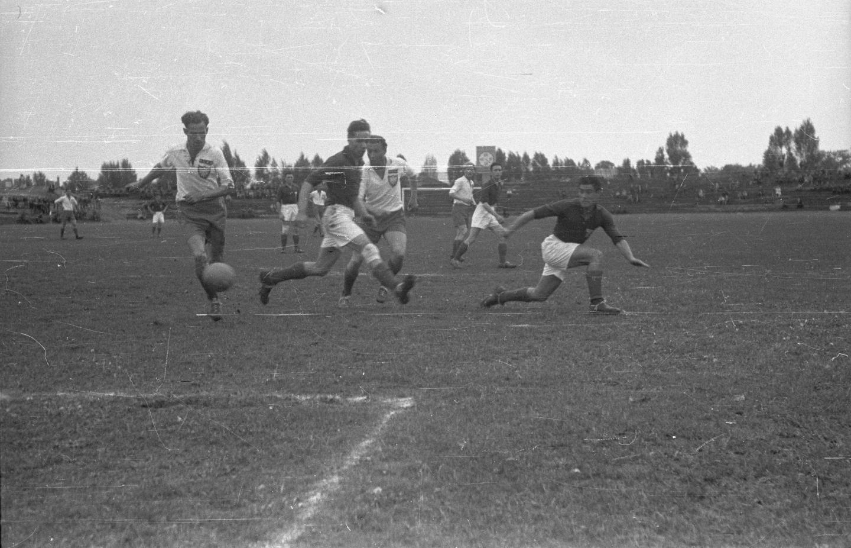Reprezentacja Polski pierwsze mecze po wojnie rozegrała pod szyldem CRZZ (Centralnej Rady Związków Zawodowych). Wiosną 1946 roku wybrała się do Francji, by zmierzyć się z drużyną złożoną z tamtejszych robotników. Rok później Trójkolorowi przyjechali z rewizytą i zagrali z biało-czerwonymi na stadionie warszawskiej Legii.
