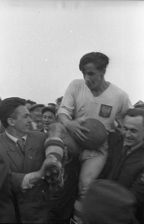 Gerarda Cieślika kibice nosi na rękach już jako dwudziestolatka. Znakomity snajper zadebiutował w narodowych barwach właśnie w spotkaniu z Norwegią. Pierwszego gola w reprezentacji strzelił miesiąc później w przegranym 1:2 meczu z Rumunią w Warszawie.